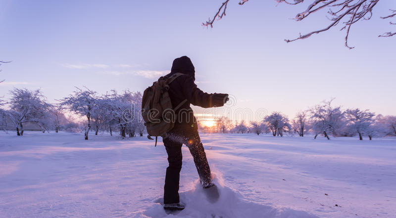 Menina que retrocede a neve Paisagem do inverno Por do sol fotografia de stock