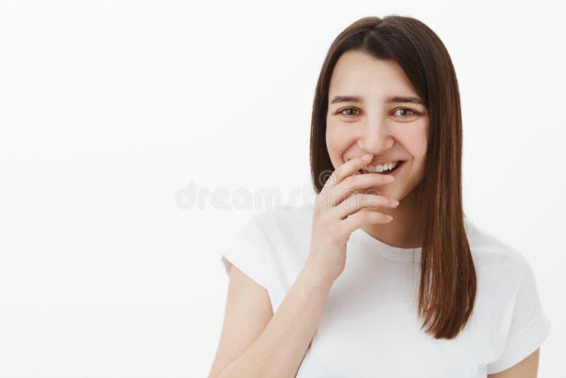 Menina que ri sobre você como ter o divertimento e enganá-lo em torno de ser em giggling otimista brincalhão do humor, cobrindo o fotografia de stock