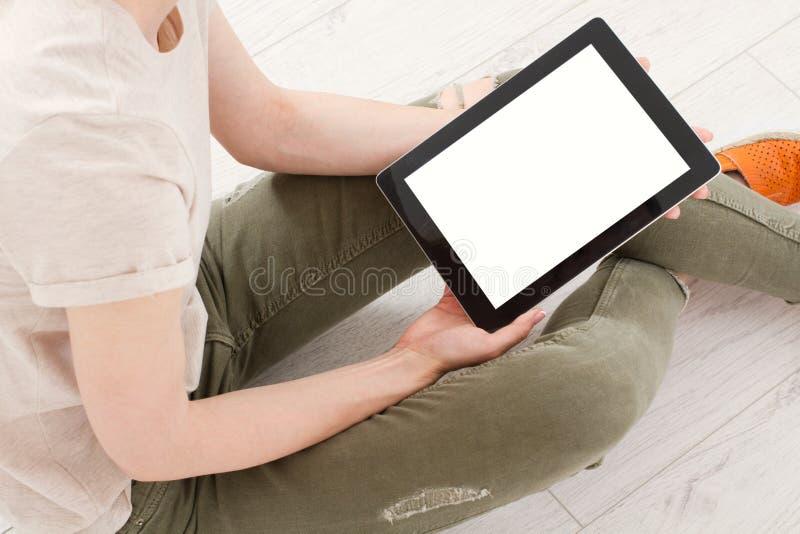 Menina que senta-se com a tabuleta nas mãos Compra em linha Vista superior Zombaria acima Copie o espaço molde blank fotos de stock royalty free