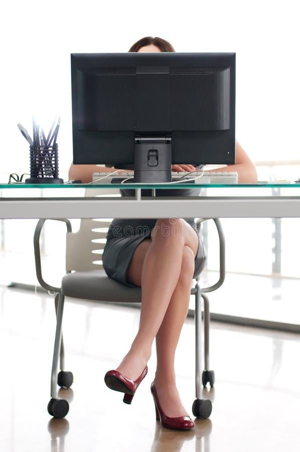 Menina que senta-se em seu lugar de trabalho foto de stock royalty free