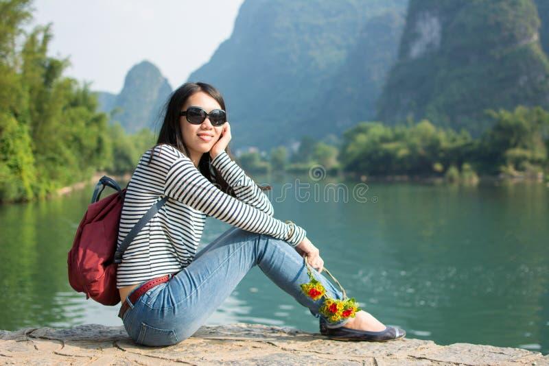 Menina que senta-se na área cênico da natureza do cársico fotografia de stock