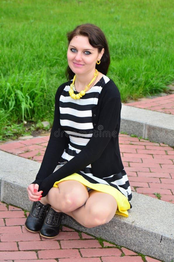 Menina que senta-se nas escadas foto de stock royalty free
