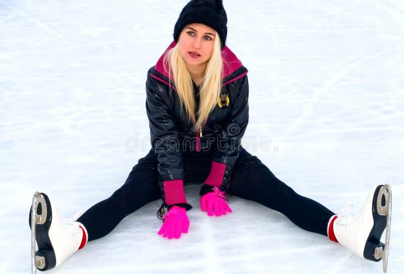Menina que senta-se no gelo fotografia de stock royalty free