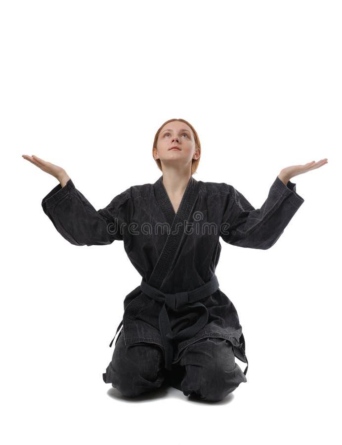 Menina que senta-se no pose tradicional imagem de stock
