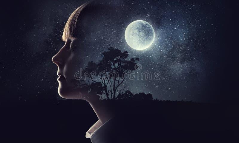 Menina que sonha com olhos fechados Meios mistos fotos de stock