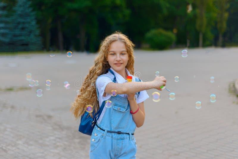 Menina que sorri e feliz fundir bolhas fotos de stock royalty free