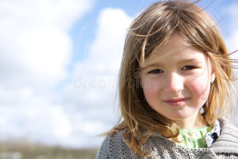 Menina que sorri fora imagem de stock royalty free