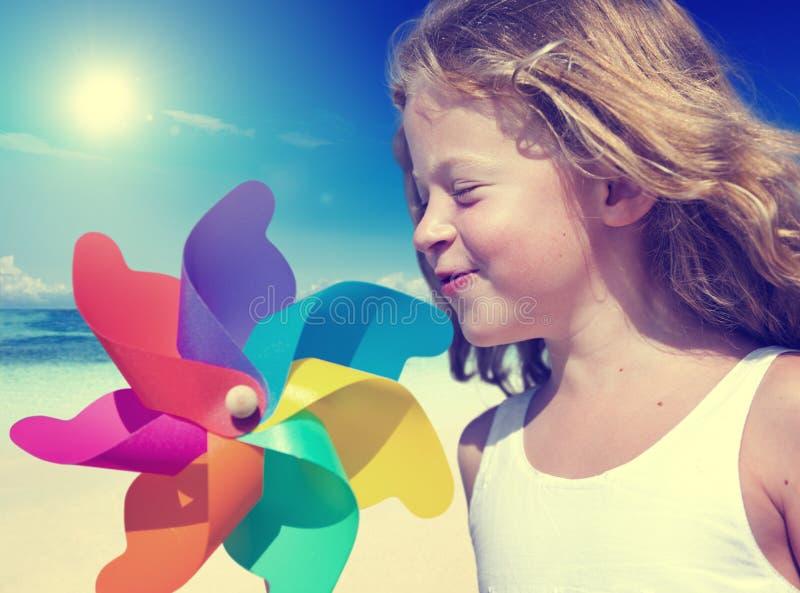 Menina que sorri jogando o verão WIndy Concept da praia foto de stock royalty free