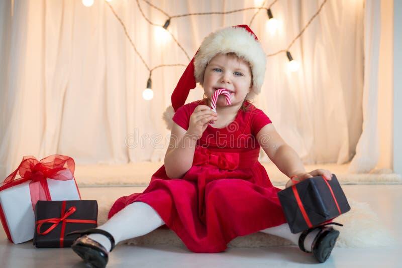 Menina que sorri no chapéu Santa fotos de stock
