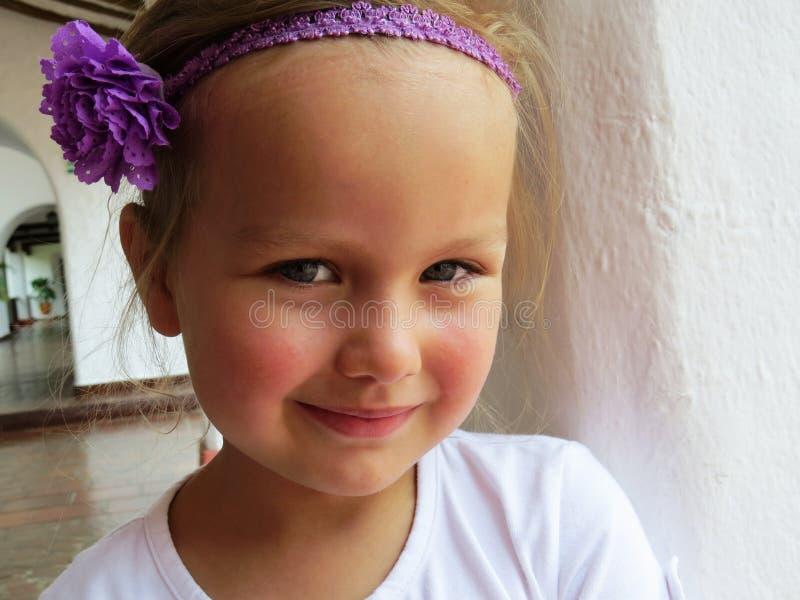 Menina que sorri no verão imagens de stock