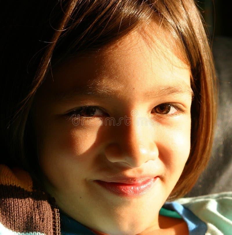 Menina que sorri a um futuro mais brilhante fotografia de stock