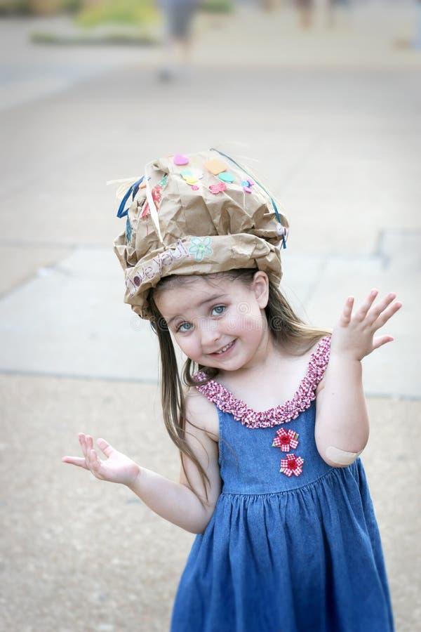 Menina que tem o divertimento em um chapéu caseiro imagens de stock