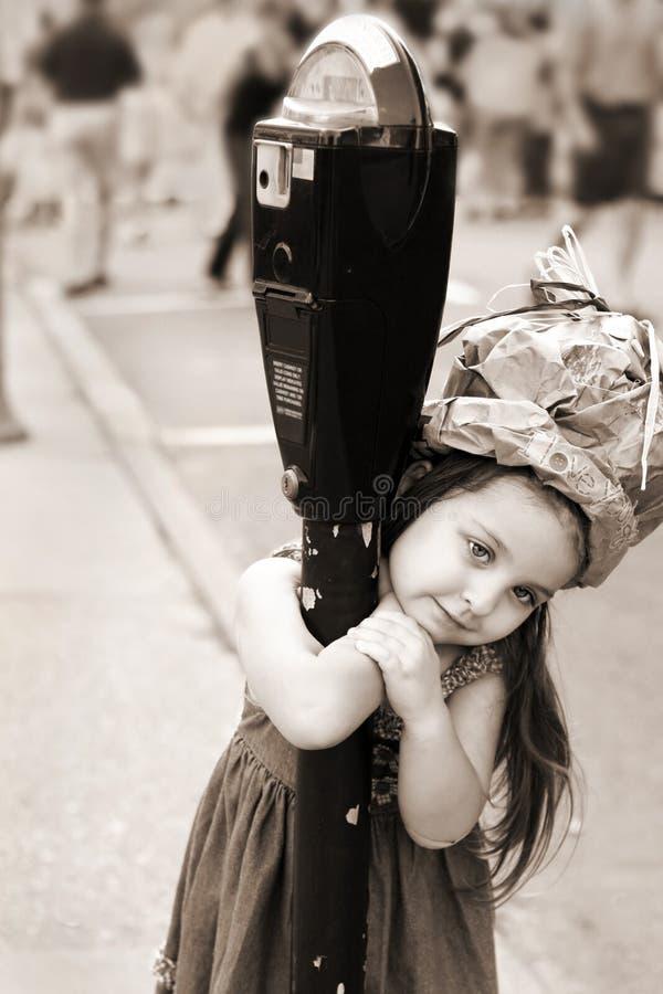 Menina que tem o divertimento em um chapéu caseiro fotos de stock royalty free