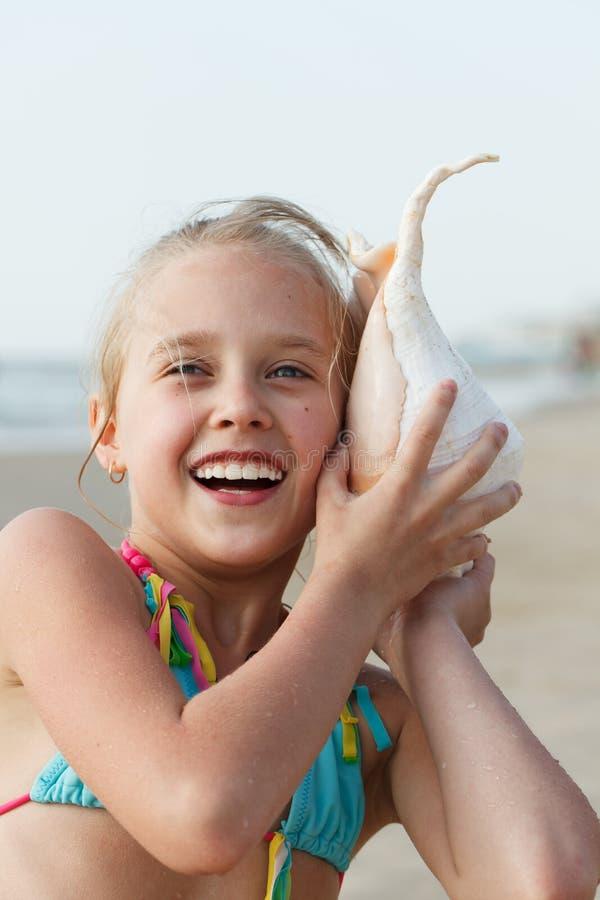 Menina que tem o divertimento em uma praia fotos de stock
