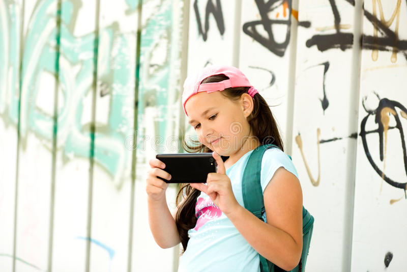 Menina que tem o divertimento que toma o selfie fotos de stock royalty free