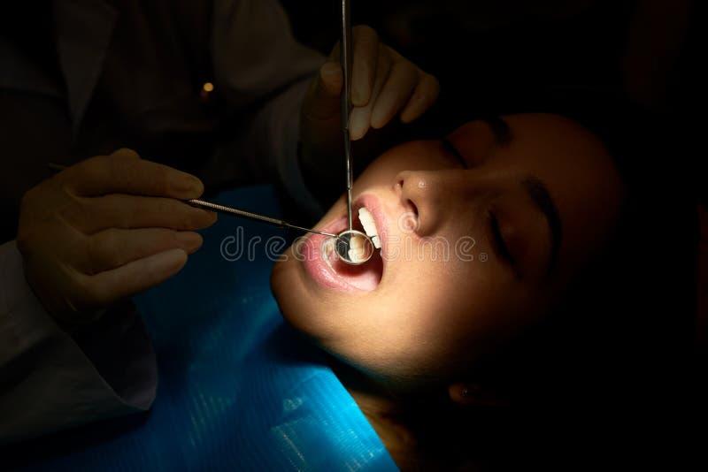 Menina que tem o exame anual dos dentes foto de stock
