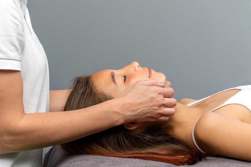 Menina que tem o tratamento osteopathic da maxila foto de stock