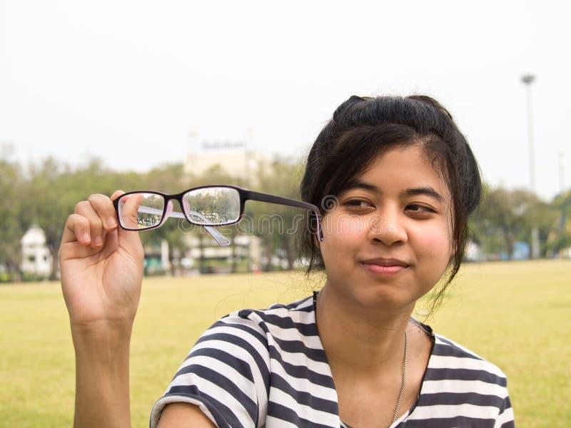 Menina que tenta seus vidros fotografia de stock royalty free