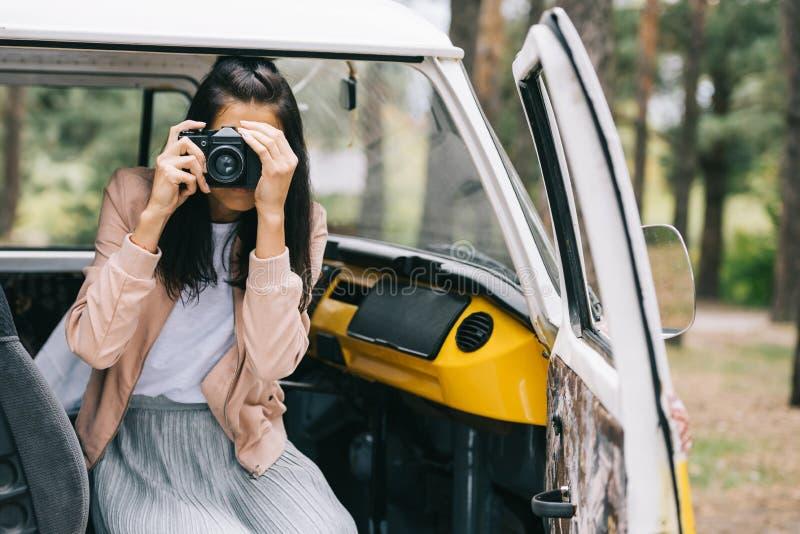 Menina que toma a foto na câmera imagens de stock royalty free