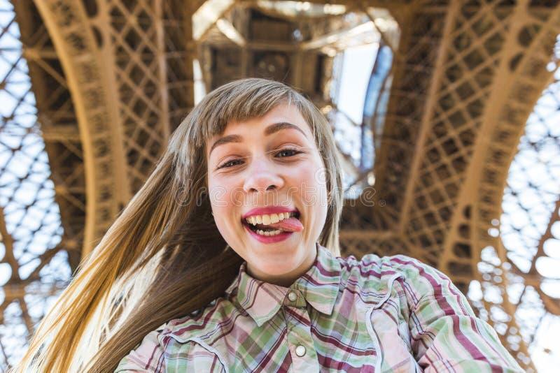Menina que toma um selfie sob a torre Eiffel em Paris foto de stock