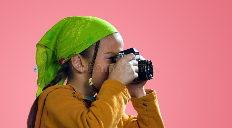 Menina que toma uma foto fotografia de stock royalty free