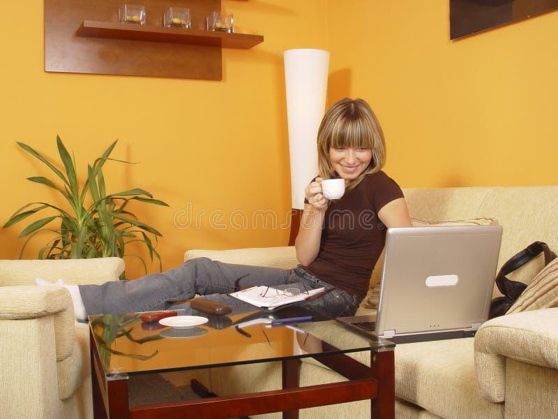 Menina que trabalha da HOME fotos de stock royalty free