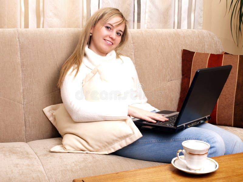 Menina que trabalha em seu portátil. imagens de stock