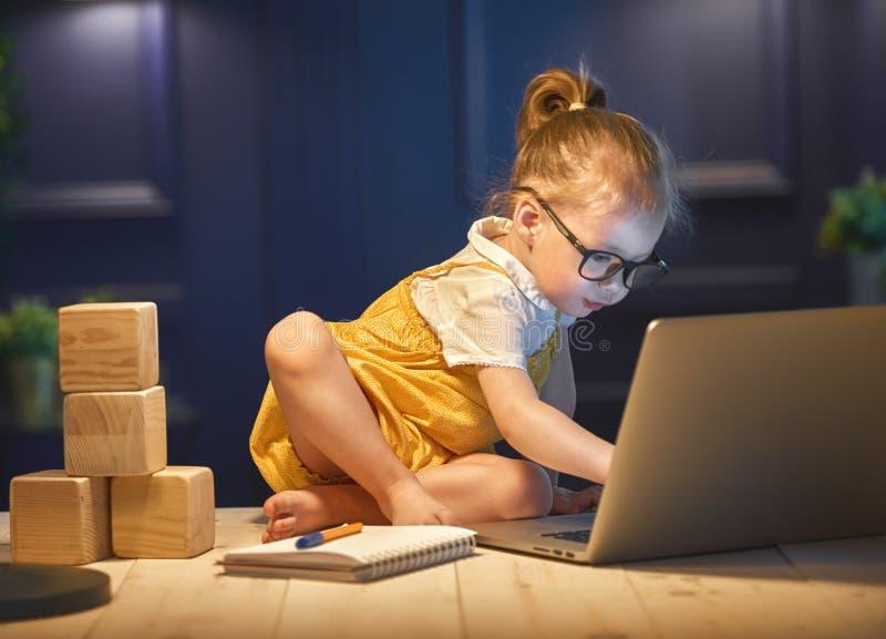 Menina que trabalha em um computador imagem de stock royalty free