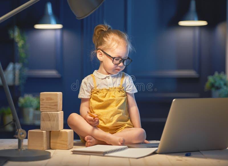 Menina que trabalha em um computador fotos de stock royalty free
