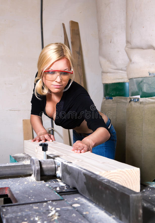 Menina que trabalha na loja da carpintaria fotografia de stock royalty free