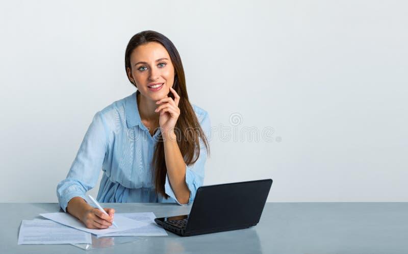 Menina que trabalha no escritório e no sorriso fotografia de stock