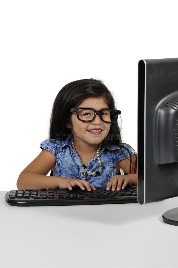 Menina que usa o computador foto de stock