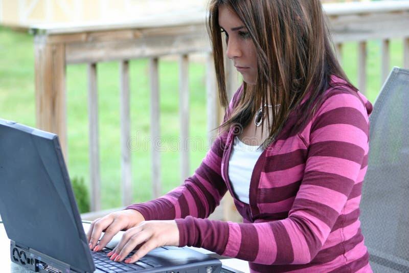 Menina que usa o computador fotografia de stock