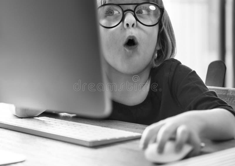 Menina que usa o conceito do dispositivo imagens de stock