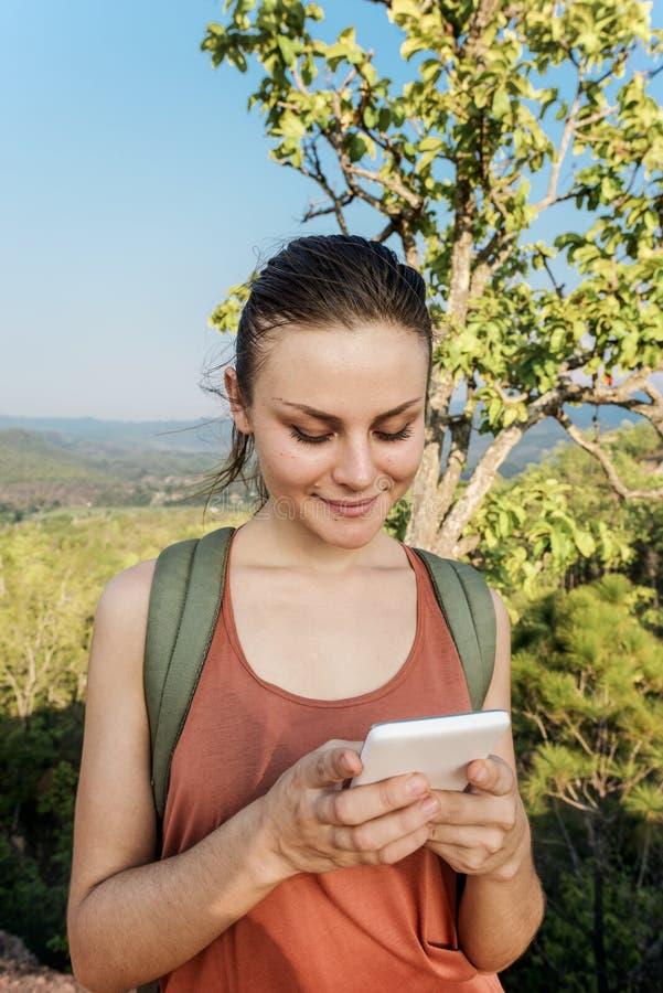 Menina que usa o conceito do telefone celular fora imagens de stock