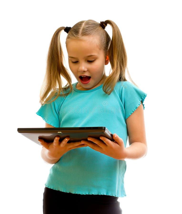 Menina que usa o PC da tabuleta. foto de stock royalty free