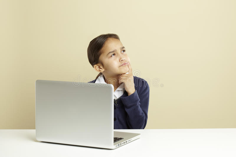 Menina que usa o portátil foto de stock royalty free