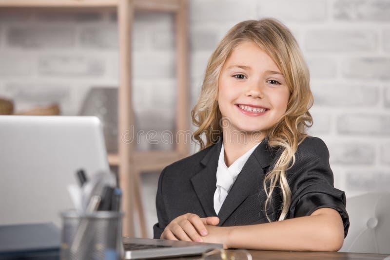 Menina que usa a tecnologia moderna do dispositivo de Digitas imagens de stock