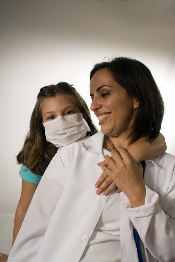 Menina que veste a Máscara Abraço Doutor-Vertical de um doutor fotografia de stock royalty free