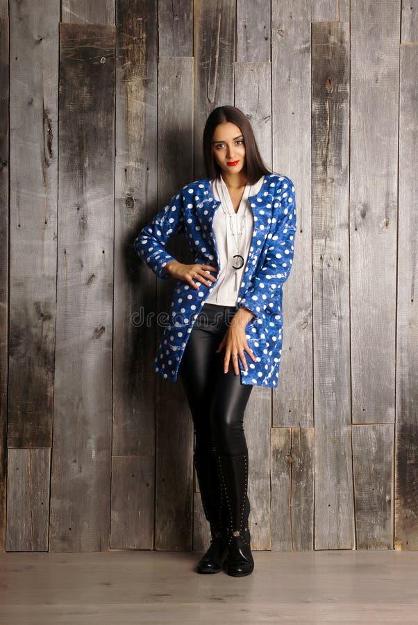 Menina que veste o casaco de lã azul Retrato do estúdio imagem de stock