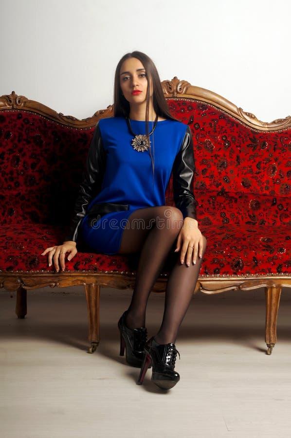 Menina que veste o casaco de lã azul Retrato do estúdio fotografia de stock