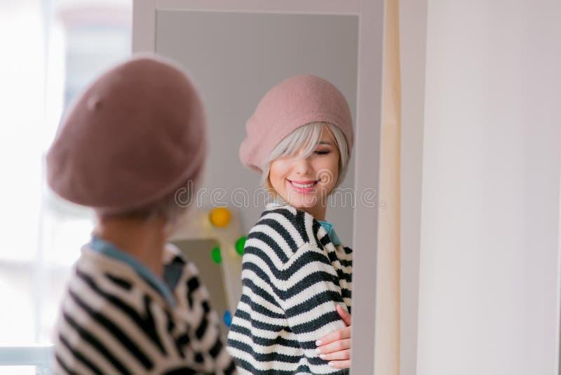 Menina que veste-se acima perto de um espelho fotos de stock royalty free