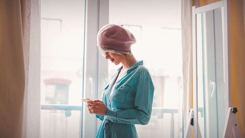 Menina que veste-se acima perto de um espelho fotos de stock