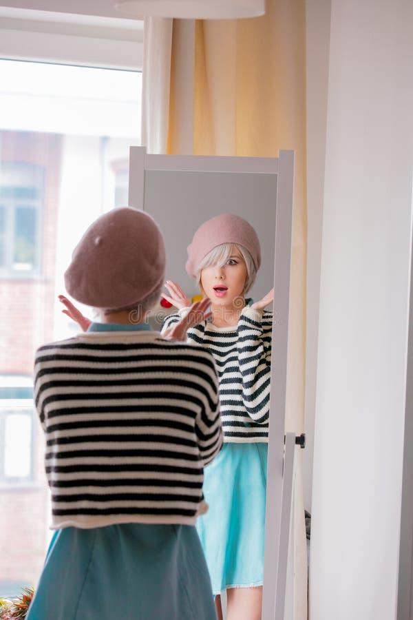 Menina que veste-se acima perto de um espelho fotografia de stock royalty free