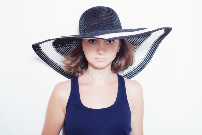 Menina que veste um chapéu do verão imagens de stock royalty free