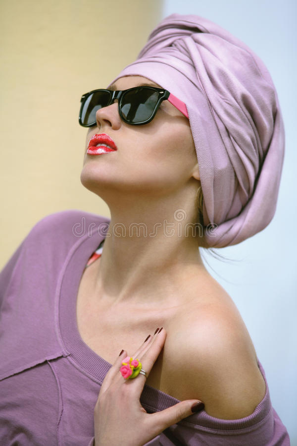 Menina que veste um turbante muçulmano imagens de stock