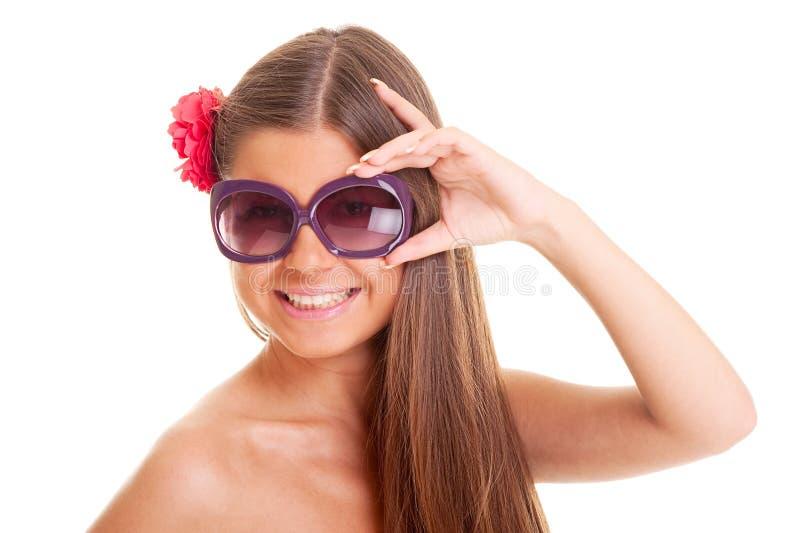 Menina queimada feliz nos óculos de sol fotografia de stock