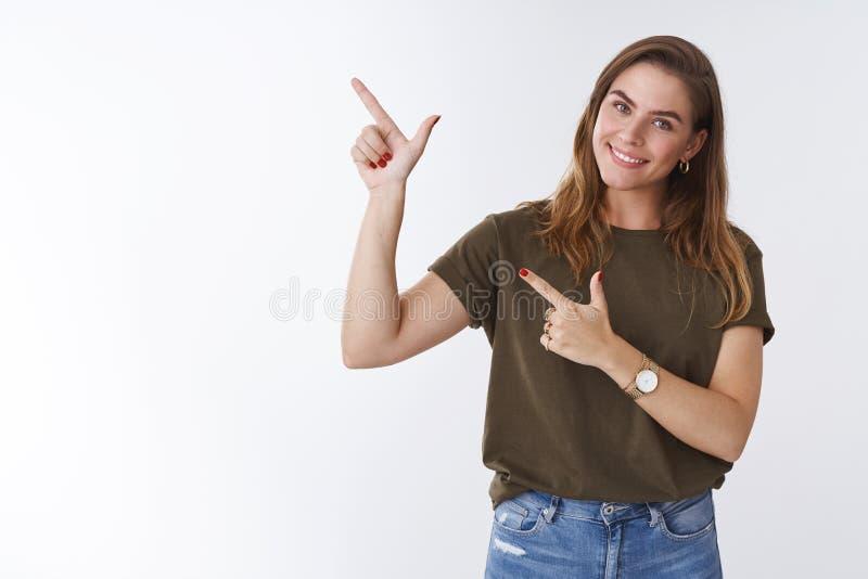A menina quer-lhe clica Mulher alta nova feminino atrativa bonito do retrato que veste o t-shirt ocasional que inclina a cabeça f imagem de stock