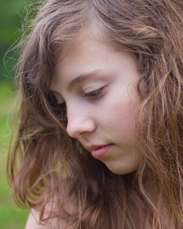 Menina quieta e pensando imagens de stock