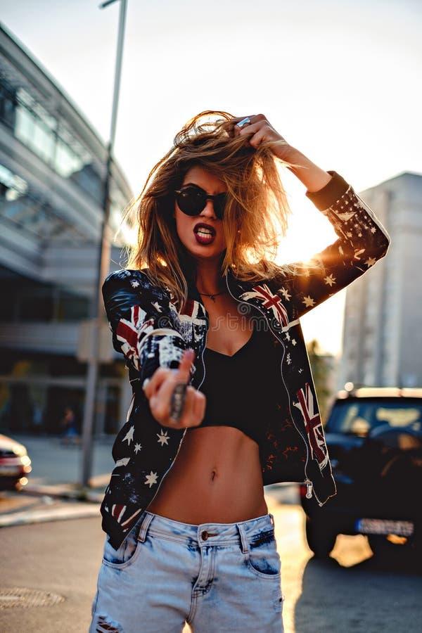 Menina rebelde 'sexy' que mostra o dedo médio foto de stock royalty free
